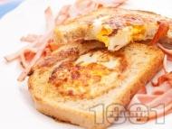 Пържени филийки в масло с яйца по средата и бекон (сандвич на тиган за закуска)